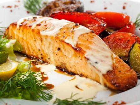 Филе от риба сьомга с кожа на тиган, овкусена със зехтин, сол и пипер и медено горчичен сос с бяло вино и розмарин - снимка на рецептата